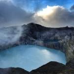 Kelimutu: Der mittlere Kratersee zeigt sich als Erster.