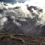 Kelimutu, 7 Uhr morgens: Noch sind die Wolken kräftiger als die Sonne.